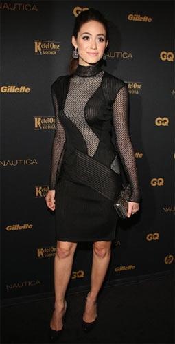 Emmy Rossum – Salvatore Ferragamo Bandaj elbiselerle görmeye alıştığımız Emmy Rossum, bu kez boğazlı bir Ferragamo ile çıkıyor karşımıza. Podyumda elbise, uzun ceketle birlikte kullanılmış.
