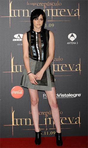 Kristen Stewart – Balenciaga Podyumlarda kapüşonlu bir ceket ile gördüğümüz Balenciaga'nın bu anvelop eteğini Stewart şeffaf bir bluzla giymiş.