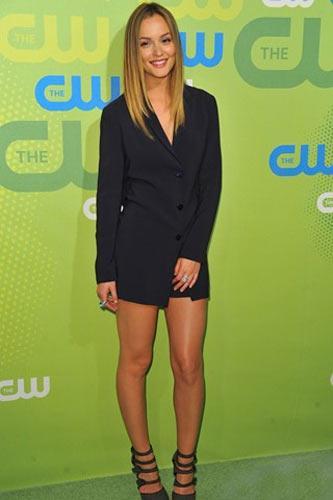 Leighton Meester  Jill Sander'ın bu siyah takım elbisesi Leighton'a çok yakışmış. Altındaki topuklu ayakkabılar ve büyük yüzükleri ise stil katmış. Aynı takım podyumda ise çok daha bol ve uzun bir ceketle kullanılmış.