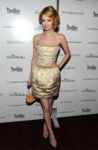 Lydia Hearst – D&G D&G'nin bu kapitone elbisesi podyumda bir ip kemer ve bohça ile kullanılmış. Hearst'in tercihi elbiseyi kemersiz kullanmaktan yana.