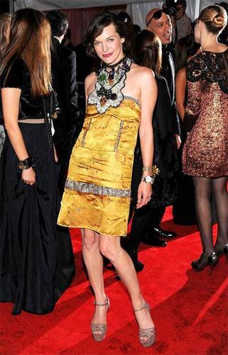 Milla Jovovich – Marni Marni'nin çiçek temalı koleksiyonundan seçtiği elbiseyi çorapsız olarak giymeyi tercih eden Jovovich, kolyesini de farklı bağlamış.
