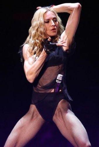 MADONNA    50 yaşında olmasına rağmen hala genç kızları kıskandıran Madonna'nın formda kalmasının en önemli sebebi spor kuşkusuz.