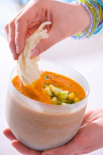 Kremalı çorbalar:   Çorba çok besleyicidir ama çorbanızı kremayla zenginleştiriyorsanız, kendinizi de kalori bakımından zenginleştiriyorsunuz demektir. Çorbalar sodyum bakımından zengindir. Çorbanıza eklediğiniz ekmek ya da peynir, sodyum seviyesinin daha da artmasına sebep olur. Et suyu veya sebzeli çorbaları tercih edin ve yanında salata ya da lavaş yemeye çalışın.