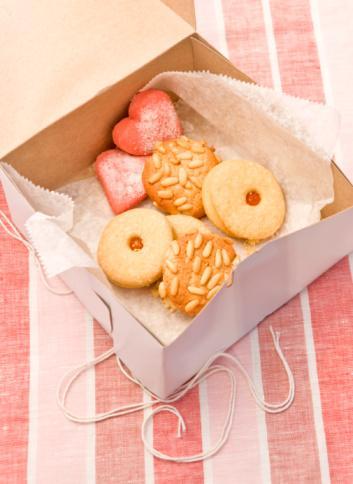 Kurabiye, çörek:   Küçük bir kurabiyenin hiçbir zararı olmaz. Hatta keyfini çıkarın. Genelde küçük bir kurabiyede bulunan kalori miktarı 200-250 kalori civarındadır. Bir tane yediğiniz sürece problem değil. Ama kim bir taneyle kalabiliyor ki? Dikkat etmeliyiz.