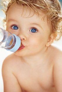 1. Eyvah sütüm yetmiyor, mama vermeliyim!  Yeni annelerin en çok endişe ettiği konulardan biri, bebeğin aç kalma ihtimali. Bu nedenle de çoğu zaman bebekler gereksiz yere mamayla beslenir, Oysa anneler, sütünün yetip yetmediğini, bebeğinin çişini takip ederek anlayabilirler. 24 saatte en az 5-6 kez bezini ıslatan bebek, anne sütüyle doyuyor demektir. Anne sütü yetersizliğine ancak bir çocuk hastalıkları uzmanı doktor karar verebilir ve onun tavsiyesi gereğince mama takviyesine başlanabilir. Bu nedenle bebeğim yeterince emmiyor ve doymuyor diye düşünmeyin. Herkes size farklı bir şeyler söyleyebilir, siz doktorunuza güvenin. Anlayacağınız rahat olun ve sütünüze güvenin!  2. Şekerli su sarılığa iyi gelir!  İlk günlerde anne sütünün gelmesinde yaşanabilecek bir sorun, bebeğin zayıflamasına ve sarılık oluşumuna yol açabilir. Halk arasında, aç kalan ve az idrara çıkan bebeklere şekerli su verilmesi önerilir. Oysa bebeğin beslenmesinde şekerli suyun yeri yoktur.