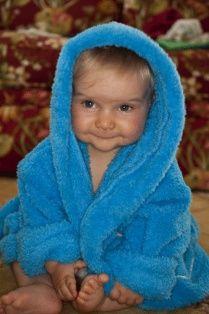 15. Fazla banyo yaparsa üşütür!  Çocuklar banyo yapmaktan hasta olmaz. Yazın her gün, kışın ise haftada üç kez banyo yapılması önerilir. Banyo yapınca daha çabuk büyürler, serpilirler.  Neden mi? Çünkü banyodan sonra daha rahat ve uzun uyurlar da ondan. O yüzden onu yıkamaktan çekinmeyin. İlk aylarda biraz ağlayabilir ama zamanla suya alışacaktır ve içinden çıkmak istemeyecektir. Banyodan sonra bebeğinize masaj da yapabilirsiniz. Bebeğiniz sizin dokunuşunuzla kendini güvende hissedecektir. Onun yanınızda olduğunuzu bilecek ve kokunuzla size daha da alışacaktır. Bu nedenle banyo ve masaj rutininiz için çok önemli.   16. Pudra isiliğe iyi gelir!  Pudranın isiliğe iyi geldiği yanlış bir düşünce değil. Ama toz pudralar yerine sulu pudralar seçilmeli. İsiliğin en iyi tedavi şekliyse, çocuğu sık sık yıkamak.