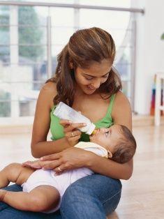 19. Biberon ve emziği çok seviyor!  Aslında biberon ve emziği hiçbir çocuğa önermiyoruz. Biberon; bebekte 'meme başı şaşkınlığına' yol açıyor ve anne göğsünden soğutuyor. Mamayla beslenmek zorunda kalan bebeklerdeyse, biberon en geç 2 yaşında bırakılmalı. Emzik de, damak yapısını bozabiliyor ve çocuğun enfeksiyon kapmasına yol açabiliyor.  20. Fitil vereyim rahatlasın!  Çok zorda kalmadan ve doktor tavsiyesi olmadan ne fitil ne de ilaç kullanılmalı. Lütfen ilaç kullanmadan önce mutlaka doktorunuza danışın ve reçetesinde yazdıklarını uygulayın. Tedaviyi yarıda kesmeyin.