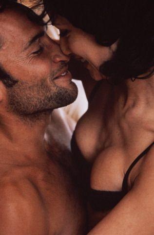 3. GÜN: Ona iyi davran!  Lichterman, testosteron seviyesi yükselince kendine olan güveninin arttığını ve erkek arkadaşının rahatsız edici birtakım davranışlarını tolere edebildiğini söylüyor. Mesela horlaması fazla batmıyor. Omurga kısmına güzel bir masaj yap. O da sana karşılığında zevk verici bir masaj yapsın.  4. GÜN: Kutunun dışından düşün!  Beynin sağ kısmı yaratıcı fikirler üretir. Bugün artan östrojen ve testosteron seviyesi de beynin bu kısmını kullanmanı sağlayacak. Lichterman, beyin fırtınası ve karar verme aşamalarında daha yaratıcı olacağını söylüyor. Hayal gücü ve yaratıcılığın yatak odasına da girecek.
