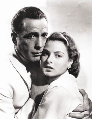 """Kazablanka   """"As Time Goes By"""" (Zaman Geçtikçe) şarkısı, Rick'in """"Bir daha çal Sam"""" repliğiyle unutulmayan """"Kazablanka""""nın yerli versiyonunda objektif karşısına Hülya Koçyiğit'le eşi Selim Soydan geçti. Erdal-Güzin Özyağcılar çifti ise, Elizabeth Taylor ve Paul Newman'ın, 52 yıl önce klasikler arasına kattığı yakıcı aşk filmi """"Kızgın Damdaki Kedi""""nin en can alacı sahnesini canlandırdı."""