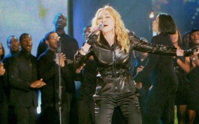 """Madonna, ünlü şarkısı """"Like a Prayer""""ı Haiti için yeniden düzenleyerek seslendirdi."""