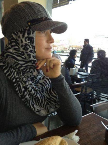 """Yeşilmen ayrıca, Eminönü'nde bulunan Yeni Cami'nin önünde de poz verdi. Bu pozdan sonra yazdığı yorum ise, """"Ülkemin ezan seslerine kurban olayım"""" oldu."""