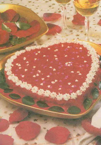 Sevgi pastası (6 kişilik)  Malzemeler  Pandispanya için:   6 adet yumurta  1 su bardağı tozşeker  1 çorba kaşığı limon suyu         1 adet limonun rendelenmiş kabuğu   Yarım paket vanilya  3 su bardağından 1 parmak eksik un  Krema için:   1 adet yumurta  1 su bardağından 2 parmak eksik tozşeker  3 çorba kaşığı un   Yarım litre süt   Yarım paket vanilya  1/4 paket (65 gram) margarin   Yarım çay kaşığı kırmızı gıda boyası  Keki ıslatmak için: Şeker katılmış likör ya da sulandırılmış çilek reçeli  Süslemek için: 10-12 adet çilek, krem şanti, renkli boncuklar  Yapılışı:Derin bir kapta yumurtaları ve tozşekeri koyu bir kıvam alıncaya kadar çırpın. Koyu yoğurt kıvamına gelince limon kabuğu, vanilya ve limon suyu ekleyip birkaç dakika daha çırpın. Elenmiş unu ekleyip tahta kaşıkla karıştırın.Yağlanmış, kalp şeklinde bir kalıba döküp 180 derece fırında 40 dakika pişirin. Soğuyunca keki 2 parçaya bölün.   Şeker katılmış likör ya da sulandırılmış çilek reçeli ile ıslatın. Yumurta, tozşeker, un ve sütü karıştırarak krema yapın, krema ılınınca yağ ve vanilyayı ekleyip elle çırpın.   Kekin üzerine kremanın yarısını yayın, çilekleri ortadan ikiye kesip sürdüğünüz kremanın üzerine dizin. Kekin diğer parçasını üzerine yerleştirin. Kalan kremayı gıda boyası ile renklendirin. Kekin üzerini kırmızı krema ile kaplayın. Krem şanti ve renkli boncuklarla süsleyin. Buzdolabında 1-2 saat dinlendirip servis yapın.