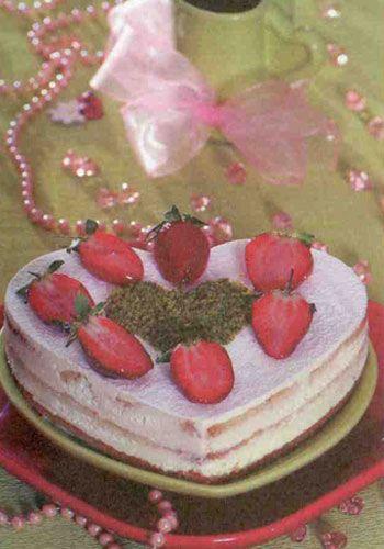 Çilekli tiramisu (8 kişilik)  Malzemeler:  Hamuru için:  5 adet yumurta  1 su bardağı +1 çay bardağı tozşeker  1 su bardağı + 1 çay bardağı un  1 kahve fincanı nişasta  1 çay bardağı sıvıyağ  1 çay kaşığı toz vanilya  Kreması için:  3 yaprak jelatin  2 adet yumurtanın akı  1 kahve fincanı tozşeker  2 adet yumurtanın sarısı  1 paketten 1 çorba kaşığı eksik krem peynir  210 gram sıvı krema  Şurup için:  1 su bardağı sıcak su,yarım su bardağı tozşeker  Üzeri için:  4-5 adet çilek  2 çorba kaşığı pudraşekeri  1 çorba kaşığı toz antepfıstığı  Yapılışı:Keki hazırlamak için tozşeker ve yumurtaları bir kaba alıp mikserin hızlı devri ile çırparak kabartın. Mikserin devrini yavaşlatıp karışıma azar azar un, nişasta, vanilya ve sıvıyağı ilave edin. Kek kalıbına döküp önceden ısıtılmış 175 derece fırında 25-30 dakika pişirin. Krema için, jelatınleri soğuk suya koyup yumuşamaya bırakın. Yumurta aklarını bir kaba alıp üzerine tozşekerin yarısını ekleyin ve mikserin hızlı devri ile çırparak kabartın. Yumurta sarılarını ve kalan tozşekeri bir kaba koyup benmari usulü ocağa oturtun. Ocağın üzerindeyken çırpma teli ile kabarıncaya kadar çırpın.   Ocaktan alıp yumuşayan jelatinleri bu karışıma ilave edin. Krem peyniri sıvı krema ile karıştırın. Çırpılmış yumurta aklarını, yumurta sarılı karışıma, sulanmasını önlemek için yavaşça ilave edin. Pişen pandispanyayı 3 kata bölün ve kalp şeklini verin. Her parçayı soğutulmuş şurupla ıslatın. En alt parçayı servis tabağına yerleştirin. Kremayı sıkma torbasına alıp pandispanyanın üzerine sıkın. İkinci ve üçüncü katlar için de aynı işlemi uygulayın. Dolaba koyup donmasını bekleyin. Sonra üzerine pudraşekeri serpin; çilek ve toz antepfıstığı ile süsleyip servis yapın.