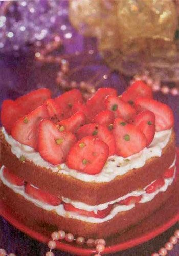 Beyaz çikolatalı ve çilekli pasta  Malzemeler:  Keki için:  125 gram tereyağı  4 adet yumurta  2 çay bardağı tozşeker  Yarım limonun rendelenmiş kabuğu  3 kahve fincanı un      Beyaz çikolatalı krema için:  3 çay bardağı süt  350 gram beyaz çikolata  1 kg krema  Üzerine:250 gram çilek  Yapılışı:Keki hazırlamak için, tereyağını eritip ılıtın. Yumurtaların sarılarını ve beyazlarını ayırın. Yumurta sarılarını bir kaba alıp üzerine tozşekerin 3/4'ünü ekleyin mikserle çırparak kabartın. Yumurta aklarını ayrı bir kaba alıp kalan tozşekeri ilave edin ve onları da mikserle çırparak kabartın. Kabartılan yumurta aklarının yarısını yumurta sarılı karışıma ilave edin ve spatulayla yavaşça alt üst edin. Üzerine limonun rendelenmiş kabuğunu ve unu ekleyip karıştırın.   Son olarak geriye kalan yumurta akını da karışıma ilave edip yavaşça karıştırın. Karışımı kalp şeklindeki bir kalıba döküp 175-180 derecede 25-30 dakika pişirin. Kremayı hazırlamak için, sütü kaynatıp içine ince  doğradığınız beyaz çikolata parçalarım ilave edin. Ocaktan alıp çikolatalar eriyene kadar karıştırın. Ayrı bir kapta krem şantiyi kabarana kadar çırpıp çikolatalı karışıma yedirin. Keki ikiye bölüp alt parçasını servis tabağına koyun. Üzerine bir spatula ile hazırladığınız kremadan sürün. İri doğranmış çilekleri  kremanın üzerine yerleştirin. İkinci kat keki üzerine koyup aynı işlemi tekrarlayın.  Aşçının notu: Çileklerin üzerine soğuk jöle ya da marmelat sürebilirsiniz.