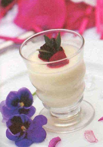 Panna Cotta (1 kişilik)  Malzemeler:  1 çay bardağı krema  Yarım çay bardağı süt  2 tatlı kaşığı tozşeker  Bir tutam toz vanilya  1 yaprak jelatin veya 1 çay kaşığı  toz jelatin  Yapılışı:Malzemenin hepsini karıştırıp ocağa koyun. Kaynamaya yakın tencereyi ocaktan alıp, istediğiniz kaba veya kalıba dökün. Buzdolabında donmasını bekleyin. Üzerine arzu ettiğiniz sosu ilave edin.  Aşçının notu: Yaprak jelatin önce soğuk suda bekletilip, yumuşadıktan sonra kullanılacak.
