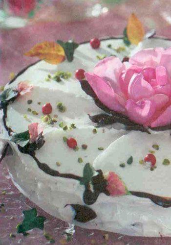 Beyaz çikolatalı kestaneli pasta (8 kişilik)  Malzemeler:  1 adet kakaolu hazır kek   250 gram kestane püresi  1 paket krem şanti   1 su bardağı süt  2 paket 80 gramlık beyaz çikolata  Keki ıslatmak için:  2' şer tatlı kaşığı tozşeker ve nescafe  1 su bardağı ılık süt  Süslemek için:  Yarım paket bitter çikolata  2 dal nane yaprağı  3 çorba kaşığı kıyılmış antepfıstığı   Gül yaprakları  Yapılışı:Tozşeker ve nescafeyi sütle karıştırıp kekin iki parçasını da ıslatın. Kekin alt parçasını servis tabağına alıp üzerine kestane püresini sürün. Diğer parçayı üzerine kapatın. Krem şantiyi sütle çırpın.   Beyaz çikolataları benmari usulü eritip krem şantì ile karıştırın ve kekin üzerine sürün. Bitter çikolatayı eritip bir fırça yardımı ile nane yapraklarına sürün. Buzdolabında dondurduktan sonra yaprakları çikolatadan ayırın. Hazırladığınız çikolatadan yapraklarrı pastanın üzerine yerleştirin. Antepfıstığı serpin. Gül yaprakları ile süsleyerek servis yapın.
