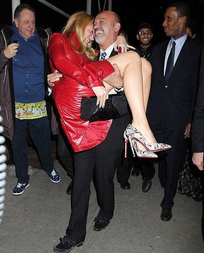 Şu sıralar Scarlett Johansson'un eski eşi Ryan Reynolds ile birlikteliğiyle konuşulan Blake Lively katıldığı geceye de damgasını vurdu.