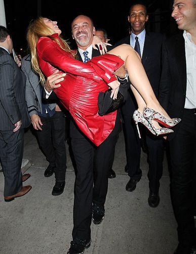 New York'taki geceye katılan Lively, moda tasarımcısı Christian Louboutin ile önce şakalaştı