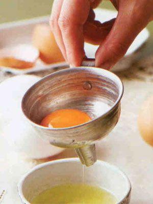 Yumurtanın akını sarısından ayırmak için ne yapmak gerekir?   Yumurtanın akı ile sarısını elimizde ayırmak her zaman iyi sonuçlar vermeyebilir. Yumurta akını sarısından düzgün şekilde ayırmak için küçük bir huninin içine yumurtayı yavaşça kırın. Yumurta sarısı üstte kalırken, akı altta kalacaktır.  Not: Yumurtaları sivri uçları aşağı gelecek şekilde, mümkünse kendi kutusunda, 2 hafta boyunca tazeliğini yitirmeden buzdolabında muhafaza edebilirsiniz.