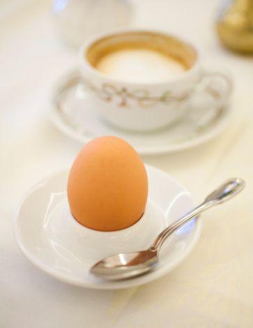 Yumurtanız nasıl olsun?   Yumurtayı yemek istediğiniz kıvama göre şu hususlara dikkat ederek pişirebilirsiniz...  Rafadan yumurta: Kaynar suyun içine bir tutam tuz ilave edip, orta ateşte 2-3 dakika pişirin.  Kayısı yumurta: Kaynar suda 5-6 dakika pişirin. Yumurtayı sıcak sudan alıp, soğuk suya tutun.  Katı (söğüş) yumurta: Kaynar suda 8-10 dakika pişirin.