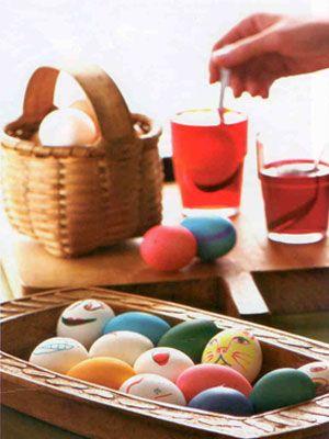 Yumurta boyama:   Yarım su bardağı su ve yarım çay kaşığı dilediğiniz renkte gıda boyasını karıştırın. 1 adet yumurtayı bu karışımda 5-10 dakika bekletip çıkarın. Bu şekilde rengarenk yumurtalar elde edebilirsiniz.