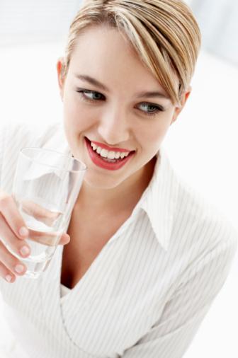 Çok Su İçmek Zayıflatır mı?  Belli bir diyet ve egzersiz programına bağlı olmadan çok miktarda su içmenin zayıflatıcı bir etkisi yoktur. Buna karşılık rejim yaparken, özellikle su, bitkisel çaylar gibi bol miktarda (en az 1,5 litre) sıvı alınması vücutta biriken toksinlerin atılmasını kolaylaştırmak açısından yararlı olacaktır. Gün içinde hafif bir açlık hissettiğinizde bir büyük bardak su içmek belki de o an için iştahınızı kesebilir ve sizi gereksiz kaloriler almaktan koruyabilir. Özellikle mineral tuzlar açısından zengin suların tercih edilmesi, rejim sırasında vücutta bazı besinlerin tüketilmesine bağlı olarak ortaya çıkan eksikliklerin giderilmesine yardımcı olabilir.