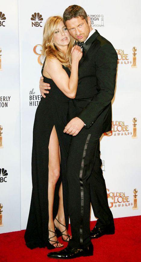 Jennifer Aniston- Gerard Butler  Brad Pitt'le boşandıktan sonra bir türlü aradığı mutluluğu bulamayan Jennifer  Aniston, kısa bir süredir Hollywood'un yakışıklı aktörü Gerard Butler'la birlikte...önceleri sadece arkdaş olduklarını belirten Aniston-Butler çifti geçtiğimiz günlerde düzenlenen Altın Küre Töreni'nde aşklarını ilan ettiler.