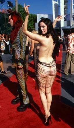 Rose McGowan'ın Cannes'da giydiği bu giysi dekoltenin sınırlarını çoktan aşmıştı.