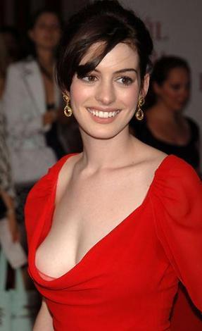 Anne Hathaway bu giysiyle herkesi şaşırtmıştı.