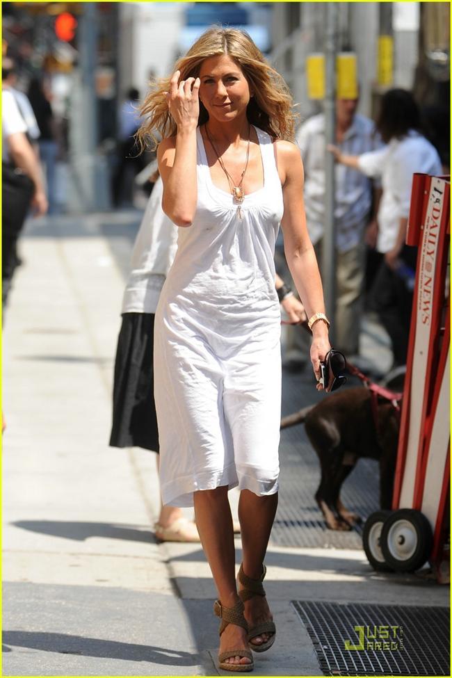 Amerikalı ünlü aktris Jennifer Aniston, salatalığın hayatında önemli bir yer tuttuğunu söylüyor. Çoğu zaman ara öğün olarak salatalık yiyen ünlü aktris, bunun cildine de çok fayda ettiğini belirtiyor.