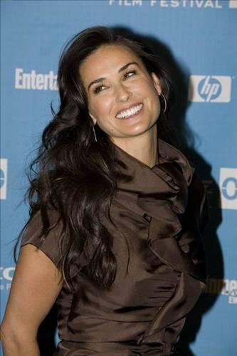 Demi Moore  İki kez evlenip boşandı. Bir kez nişanlandı. Ashton Kutcher ise üçüncü kocası.