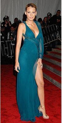 Elbise ve ayakkabılar: Versace Mücevherler: Lorraine Schwartz