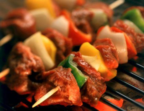 Kuşbaşı Kebap  Malzemeler:  1 kg kebaplık et  2 yk. domates salçası  1 yk biber salçası  1/2 yk. kırmızı toz biber  1/2 çb. karabiber  1 tk. nane  1/2 bardak zeytinyağı  1 yk. dövülmüş sarımsak  Tuz  150 gr kuyruk  Hazırlanışı: Bir gün önceden, kuşbaşı ete zeytinyağı, tuz, domates ve biber salçası, kırmızı biber, sarımsak, karabiber, nane ilave edilerek bekletilir. Terbiyelenmiş etler şişe 6-7 et, bir kuyruk şeklinde saplanır. Kuyruklar etlerin arasına gelecek şekilde saplanır. Harı geçmiş ateşte çevrilerek pişirilir.