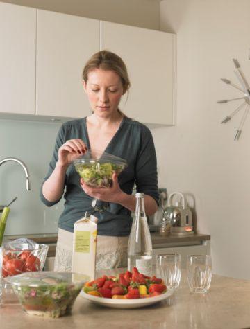 Yengeç:   Duygusal ve hassas yapınız dolayısıyla bozulan moralinizi düzeltmek için karbonhidrat oranı yüksek gıdaları tercih ediyorsunuz ama bu yüzden kilo aldıkça moraliniz daha da bozuluyor. Formunuzu korumak ve enerjinizi yükseltmek için yağ oranı düşük süt ve süt ürünleri tüketebilir, taze sebze ve meyvey ağırlık verebilirsiniz.