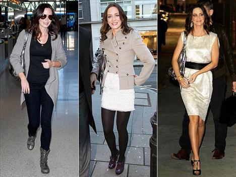 """Şık elbiselerine ve cool daracık pantolonlarına ufak bir parıltı eklemek için Emily Blunt her zaman metalik renkteki Botkier """"Jackie"""" hobosunu kullanıyor. Angeles ya da Londra fark etmiyor, Emily bu çantayı yanından ayırmıyor."""