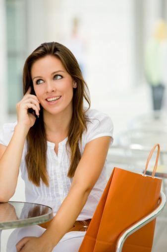 TELEFONDA KONUŞURKEN Nasıl önlem alınıyor? Telefonda konuşurken çoğumuzun alışkanlığı bir elimizde kalemle kâğıda yazarken, diğer taraftan da telefonu boynumuzun arasına sıkıştırmak. Bu her ne kadar pratik bir yöntem olarak görülse de, boyun ağrılarına davetiye çıkarıyor. Ofisinizde yalnız basınayken hoparlör aracılığıyla konuşmayı deneyebilirsiniz ya da yanınızda çok samimi ve gürültüden rahatsız olmayan iş arkadaşlarınız bulunduğunda bu yönteme başvurabilirsiniz.   Egzersiz nasıl uygulanıyor?  Ellerinizi alnınızın üzerine koyun, baş öne doğru itilmeye çalışılırken ellerinizle engel olmayı deneyin. 10'a kadar sayın ve bırakın. Bu hareketi üç defa tekrar edin. Sağ elinizi yüzünüzün sağ tarafına koyun ve başınızı sağa doğru itmeye çalışırken sağ ellinizle engel olmaya çalışın; bu şekildeyken ona kadar sayın ve bırakın. Bunu üç defa tekrar edin. Aynı hareketi sol elinizle sola doğru tekrar edin.