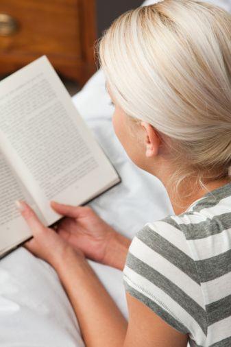 KİTAP OKURKEN Nasıl önlem alınıyor? Koltukta kitap okurken sırtınızı arkaya yaslayarak dik bir pozisyonda oturmalısınız. Genellikle, kitabı dizimizin üzerine koyar ve okuma esnasında baş ve boyun bölgemiz öne doğru eğik şekilde dururuz.   Egzersiz nasıl uygulanıyor?  Sırtüstü yatın ve boynunuzun altına boynunuzu destekleyecek küçük bir yastık veya havlu koyun. Burnunuzdan derin bir nefes alıp ağzınızdan verin. Bunu üç kere tekrarlayın. Sağ elinizle sol omuz başınıza, sonra da sol elinizle sağ omuz başınıza hafifçe masaj yapın. İki omzunuzu önde birleştirecekmiş gibi öne doğru getirip, beşe kadar saydıktan sonra eski pozisyonunuza gelin. Aynı işlemi omuzlarınızı arkaya doğru götürerek tekrar edin.