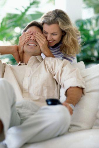 Başak  Geç saate kadar çalıştığında yemek götürmek gibi sevimli sürprizler yapın. Sevgilisinin kadınsı kıyafetler giymesini seven Başak erkeği kendine güvenir ama sık sık onu ne kadar sevdiğinizi ve güvendiğinizi duymaktan da zevk alır. Sizi mutlu ettiğinizi bilmesi bu konudaki motivasyonunu arttırır.
