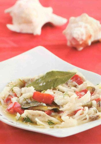 Levrek Marine(4-6 kişilik)  1 kg levrek  1 adet orta boy soğan  1'er adet kırmızı biber ve sivri biber  2 su bardağı limon suyu  3-4 adet defne yaprağı  5-6 adet tane karabiber  Tuz  Hazırlanışı:Balığın filetosunu çıkarın ve jülyen şeklinde doğrayıp, derin bir kaba alın. Soğan, kırmızı biber ve sivri biberi jülyen doğrayıp, balığın üzerine ilave edin. Limon suyunu gezdirip, tuzunu ayarlayın ve şöyle bir karıştırın. Limonu çekip, pişmesi için buzdolabında bir gece bekletin. Defne yaprağı ve tane karabiber ilave edip, servis yapın. Aşçının notu: Dilerseniz limon suyunda marine edilmiş levreğin üzerine, yarım çay bardağı zeytinyağı ve 1 çay kaşığı hardal karışımı da katabilirsiniz.