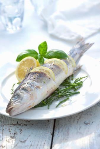 """Levrek:  Beyaz etli bir balık olan levreğin pulları oldukça iridir. Alt bölümleri gümüşi, alt yüzgeci ise sarımsı renktedir. Vücudu iğ biçiminde ve yandan hafif basık şekildedir. En irileri 1 metreyi geçen levreğin, denizlerimizde yakalananların boyu ise 20 ile 60 cm arasında değişir. """"Bayağı levrek"""" ve """"Benekli levrek"""" olmak üzere iki çeşidi vardır. Sırtlarıdna bulunan çok sayıdaki benek sayesinde birbirinden ayrılır. """"Benekli levrek"""" Güney Ege ve Akdeniz'de, """"Bayağı levrek"""" ise bütün denizlerimizde görülür. En güzel olduğu mevsim kış ayları ve ilkbahar başı olmasına rağmen, yıl boyunca yenebilen lezzetli bir balıktır."""