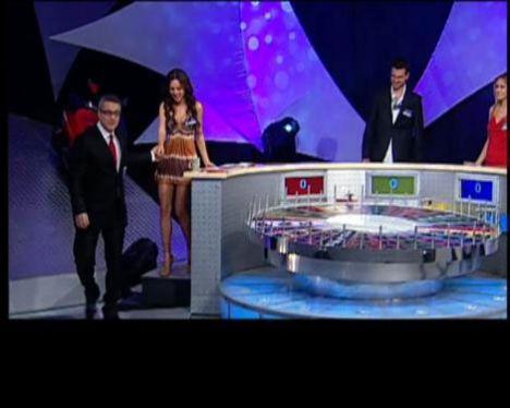 """Mehmet Ali Erbil'in yuvasını yıktığı iddia edilen sunucu Fatma Ayça Kuru'nun, geçen yıl Erbil'in sunduğu """"Çarkıfelek""""e konuk olduğu ortaya çıktı. Fox TV'de yayınlanan """"Bizden Kaçmaz"""" programının ortaya çıkardığı görüntülerde Erbil, konuk ettiği Miss Turkey Yarışması'nın """"Hemşire"""" finalisti Kuru'yla, samimi bir şekilde dans edip öpüyor."""