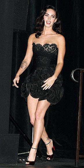 Megan'ın giydiği dantelli mini elbise Valentino, bilekten bağlı ayakkabılar ise Christian Louboutin.