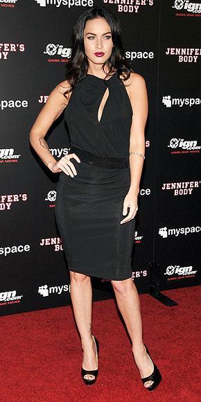 Megan'ın siyah elbisesi Emporio Armani.