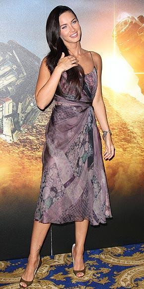 Megan Fox şifon bir Alberta Ferretti elbise giyiyor.