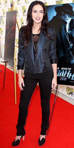 Megan Fox, metalik Gucci blazerını dab bir jean ve topuklu ayakkabılarla tamamlamış.