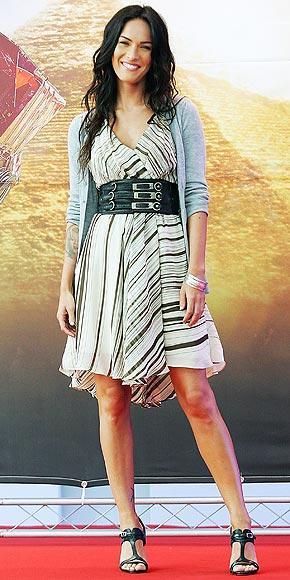 Megan Fox, Transformers'ın Kore'deki prömiyerine Mara Hoffman markalı bir elbise ve bir hırkayla katılmıştı.