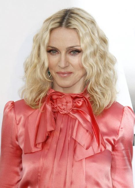 """Madonna  Pop müziğin kraliçesi Madonna, geçtiğimiz sene, İngiliz yönetmen Guy Ritchie'yle dokuz yıllık evliliğini boşanmayla sonlandırdı. Büyük yankı uyandıran boşanmanın hemen ardından çıktığı dünya turunda yeni sevgili Brezilyalı model Jesus Luz'la olması, akılları karıştırdı. Yeni çiftin verdiği seksi pozlar, dünya kamuoyunda yankılanırken o müzik kariyerinde emin adımlarla ilerlemeye ve """"kraliçe"""" tacını haketmeye devam ediyor.  HELLO! RUSYA: """"Boşanmanın ardından yeni bir aşkla doğdu."""""""
