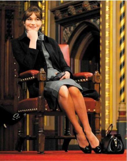 """Carla Bruni Sarkozy  Fransa Cumhurbaşkanı Nicholas Sarkozy'le yaşadığı aşk, tüm dünyada merak uyandırdı. Kısa süre sonra Fransa first lady'si olan eski model Carla Brunii güzelliği, zarafeti, yaratıcı ve cesur kişiliğiyle her an ön planda olmayı başarıyor. İtalyan asıllı Bruni, Farnsa'nın gözbebeği olmayı başardı.  HELLOMAGAZİNE.COM : """"Çünkü o, zor durumda olan kadınlar hakkında sesini duyuruyor ve onlara yardım ediyor."""""""