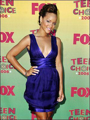 """Rihanna  2005'ten beri ard arda gelen dört stüdyo albümü de Avrupa ve Amerika dahil olmak üzere müzik listelerini alt üsn eden Barbados doğumlu , 1988'li yıldız Rihanna, Chris Brown'la yaşadığı kavga sonucunda dayak yemesiyle geçtiğimiz yıl skandal yarattıysa dabunun üstesinden geldi. Şimdi o, son albümü Rater Row'un dünya turnesinde.  HELLO!TÜRKİYE : """"R&B'nin yeni prensesi."""""""