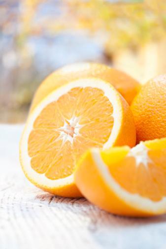 PORTAKAL Okinawa'da en fazla tüketilen meyveler arasındadır. Portakalı C vitamini ile dolu olmasından bilirsiniz ama hepsi bu değil. Bütün turunçgiller gibi yeterli oranda kalsiyum taşır ve aynı zamanda anti-kolesterol lifler taşır. Ve unutmayın, meyve en iyi tatlıdır.